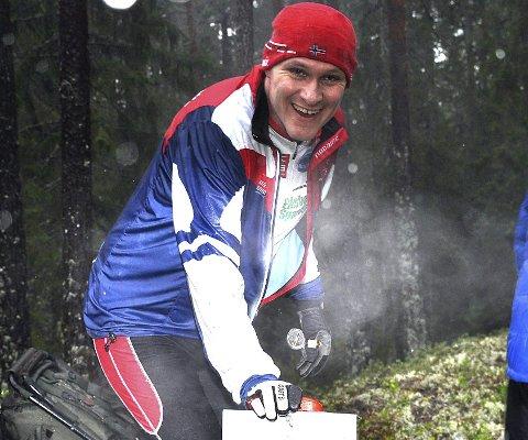 TOPP: – Finnes ikke noe bedre enn å treffe O-gjengen og løpe andre juledag, sier en blid Rune Blågestad, som her er innom og smilende stempler på toppen av Kongeåsen i Havnås.