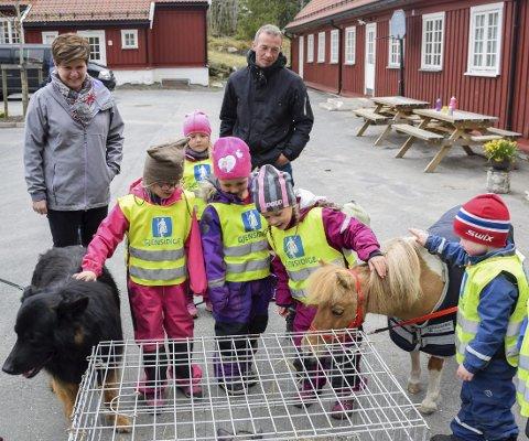 Dyredag: Naturavdelingen ved Skjønhaug barnehage holder til på Trøgstad fort, vis-à-vis Trøgstad dagsenter.– Flott samarbeid på tvers av virksomheter, sier Monica Rudsmoen (t.v.), avdelingsleder ved dagsenteret