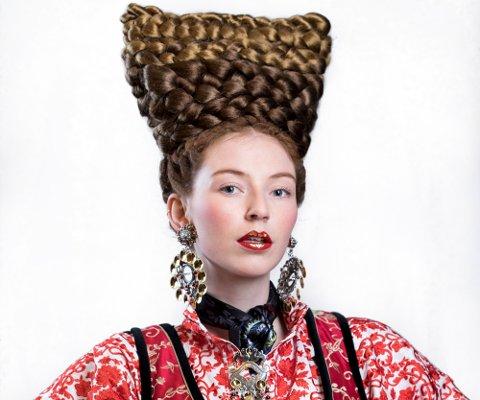 FLETTER OG SØLV: Haute Coiffure Francaise har fokus på hårtrender, men også Huldresølvs karakteristiske smykker fikk god plass i Jan Gunnar Svensons styling. Foto: Wenche Hoel-Knai