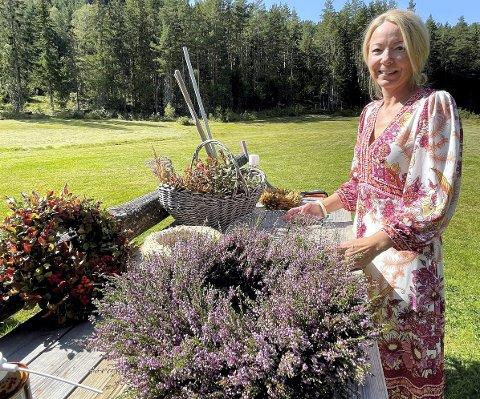 UTEARBEID: Birgitte Brekke har ein arbeidsbenk ute på tunet der ho bind kransane.