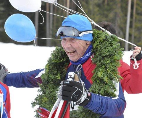 Legende: Einar Sandvik skriver navnet sitt inn i historiebøkene med blokkbokstaver. Arrangørene av Gaustaløpet tok i mot Einar med krans og ballonger på oppløpet.