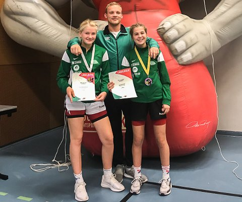 Topplaseringer: Synne Marie Eriksen (13) og Anne Svarstad (15) leverte fantastiske resultater i helgens jentestevne i Utrecht, Nederland. Her sammen med treneren Fredrik Vander.