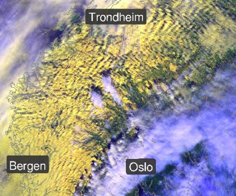 Du ser bølgeformen på dette satelittbildet. Foto: meteorologene
