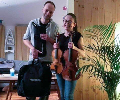 Robert Sztorc og Anna Ostachowska er overlykkelige etter å ha fått tilbake instrumentene sine som ble frastjålet i deres eget hjem i Kristiansund.