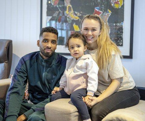 Alle blir med: Amahl Pellegrino, Hanne Hekneby Pellegrino og datteren Alissia setter kursen mot Saudi-Arabia. Foto: Rune Folkedal, Drammens Tidende