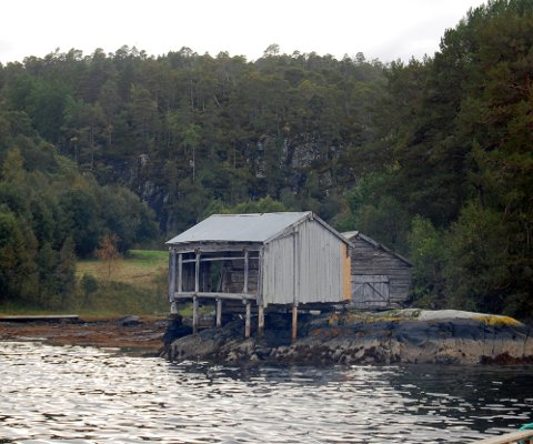 Denne svalgangsbrygga står i Klaksvika i Aure. (Foto: Ingvild Bakk)