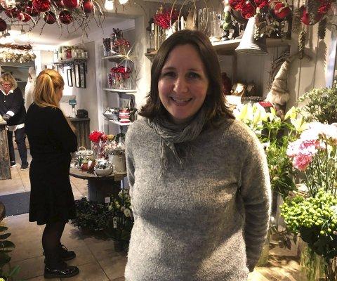 Takknemlig: Liv Holt er så glad for de gode medarbeiderne og alle kundene de har i den eneste blomsterbutikken som er igjen nede i sentrum nå. Foto: Anne Kristine Dehli