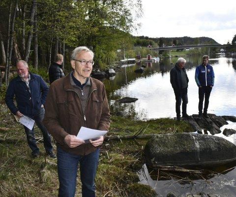 Langs elva: Halvard Sigurdsøn (i forgunnen) under planutvalgets befaring i fjor vår. Tirsdag skal politikerne bestemme om reguleringsplanen nå kan vedtas. Arkivfoto