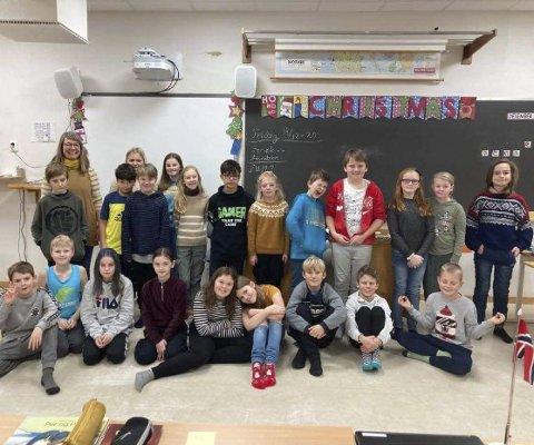 5.klasse Dypvåg skole: Disse elevene har sammen med lærer Inger hatt en veldig fin avslutning på høstsemesteret med sitt musikkprosjekt. Foto: Privat