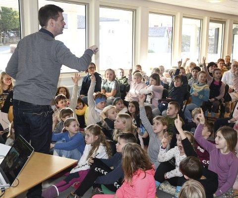 Ble engasjert: Tegner og bokillustratør Hans Jørgen Sandnes fikk mange hender i været da han spurte skolebarna om de kunne beskrive en tyv som de hadde «sett». Foto: Øystein K. Darbo
