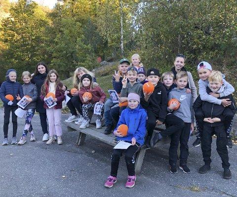 Håndballskolen: Disse elevene ved Dypvåg skole har hatt en skikkelig håndballhøst. Ulike små øvelser med ball har vært på timeplanen i flere uker. Foto: Siri Fossing