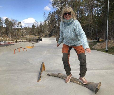 Hjemmelaget: Elisabet Christiansen har to voksne sønner som brukte å skate. Hun gleder seg til å fylle skateparken i Tvedestrand med barn som har lyst til å lære å skate på sommerskole. Her på et høyst midlertidig og originalt skateboard fra naturen. Foto: Siri Fossing