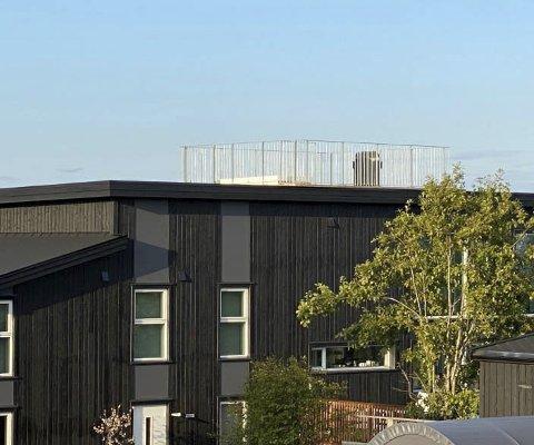 Vil ha «takterrassen» fjernet: Naboer til fritidsboligen på Staubø mener eierne har anlagt en takterrasse uten å søkte. Mens eierne forklarer at dette ikke er en terrasse i det hele tatt, men at innhegningen kun er der av praktiske årsaker.