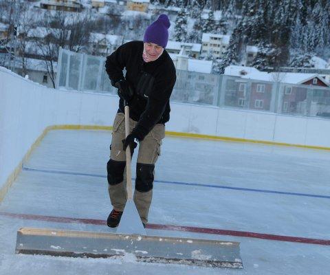 Ildsjel: Lars Øystein Halden jobber med skøytebanen i fagernesparken, slik at den kan tas i bruk lørdag.