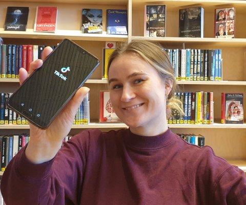 UNGDOM ETTERLYSES: Elise Salmi, bibliotekets ansvarlige for sosiale medier, ønsker kontakt med ungdommer som kan lage TikTok-videoer om bibliotekets tilbud.