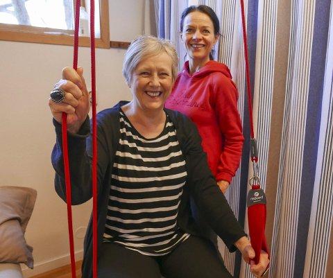 Sjeleglad: – Hadde det ikke vært for at jeg har fått gå hit i 10 år, så hadde jeg ikke kunnet stått i jobb, sier Liv Sandersen, som er hjelpepleier på Grande sykehjem. Hun tilhører den store pasientgruppen «kronikere», som ofte havner bak i køen til fordel for hastepasientene. Fysioterapeut Linda Aae Litland bak.Foto: Tora Lind Berg