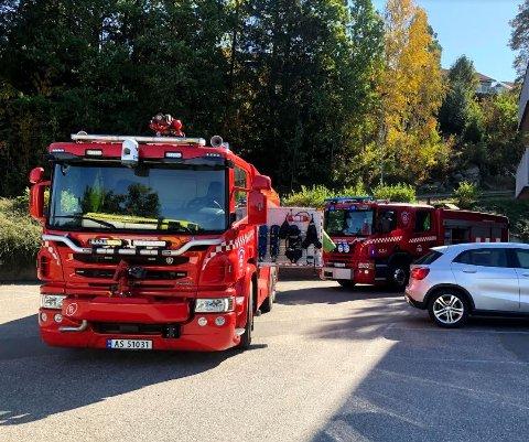 Brannvesenet er på plass i Dyrløkkeveien etter melding om mistenkelig røyklukt.
