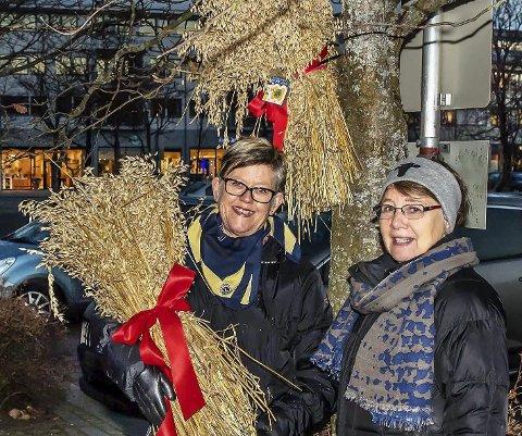 Fint i Ås: Birgit Gullerud (t.v.) og Gro Johnsen liker å pynte for å skape julesteming i Ås sentrum.Foto: Bonsak Hammeraas