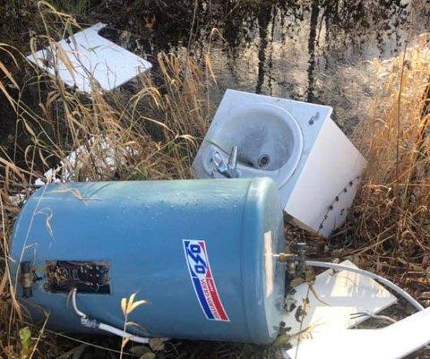 GAMMELT SKROT: Noen har rett og slett ikke orket å dra til miljøstasjonen med søppelet sitt.