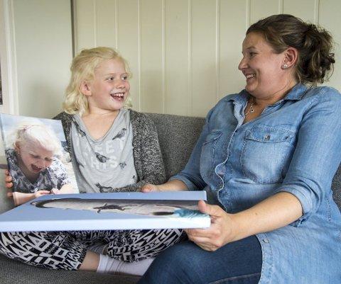 Målløse: Linda Sæle Kjenes (37) og datteren Maria (10) blir veldig overrasket når de får vite at Lindas bilde har tatt den gjeveste prisen. Foto: Eirik Hagesæter