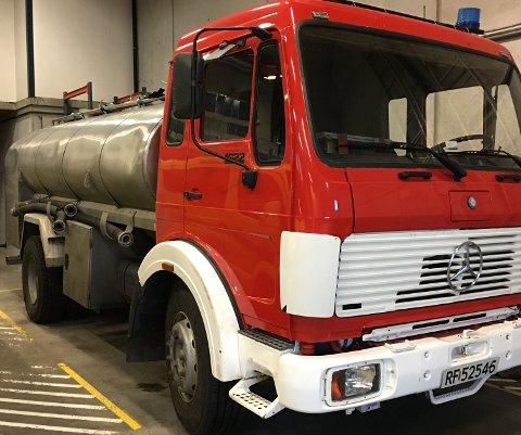 GAMMEL TRAVER: Tankbilen til Sokndal brannvesen har vært melkebil i et tidligere liv.
