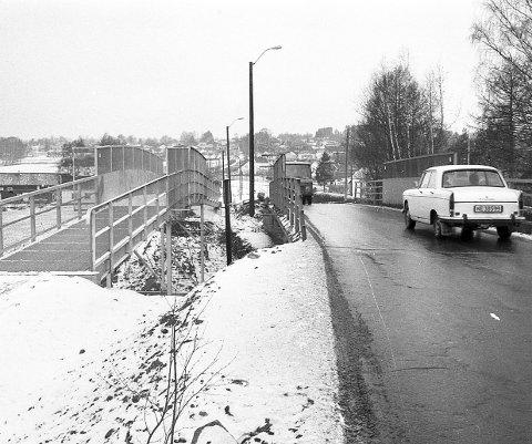 Fotgjengerbro: I 1975 ble flaskehalsen i Kantum i Hokksund delvis borte da det kom ny fotgjengerbro. Litt seinere var ei ny bro på plass.Foto: Jan Rasmussen