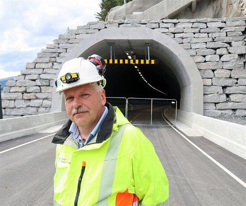 VENTER: Prosjektleiar Jon Harald Huseklepp fortel at Blaksettunnelen i Stryn ikkje får opne heilt endå.