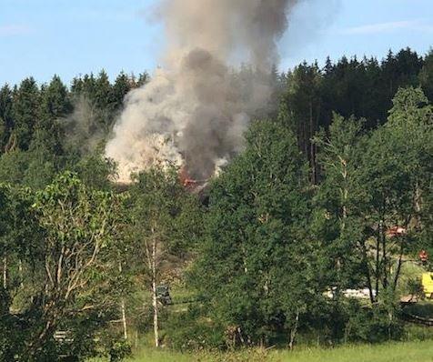Det brenner kraftig fra taket av boligen.