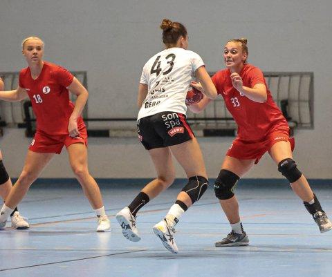 Runa Heimsjø Sand har allerede trent og spilt kamp for FBK. Men hennes tidligere arbeidsgiver og FBK er fortsatt ikke enige om overgangsbetingelsene.