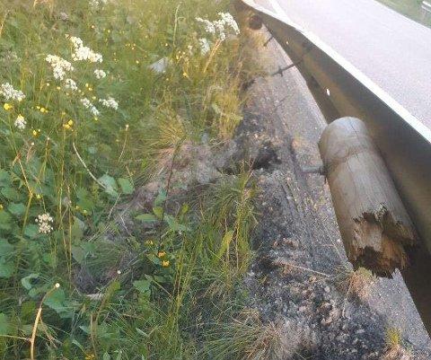 RØSKET OPP: Autovernet ble delvis røsket opp fra bakken.
