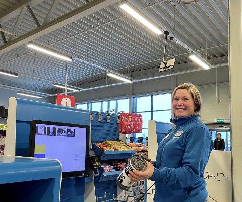 PÅ PLASS: – Her er det kommet opp tre selvbetjente kasser, sier Ida Hoel, butikksjef hos Biltema i Kongsvinger. Når kassene er åpne, står en ansatt klar for å hjelpe kundene ved innscanning og betaling.