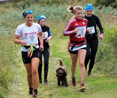 SPREKE: Anne Grethe Hole Stenerud, Hedda Sofie Steinsett (14), Amalie Hole Stenerud (14) og Turid Holter Steinsett startet fra Lygna. De hadde også med seg hunden Ludvig.