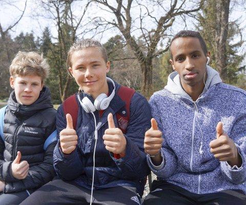 Tommelen opp: Trym Tønnesen (tv), Ravn Elnæs og Abdi Bashir deltok og gjorde det bra under NM i terrengløp, kort løype. – Neste gang løper vi for medaljer, mente haldenserne.