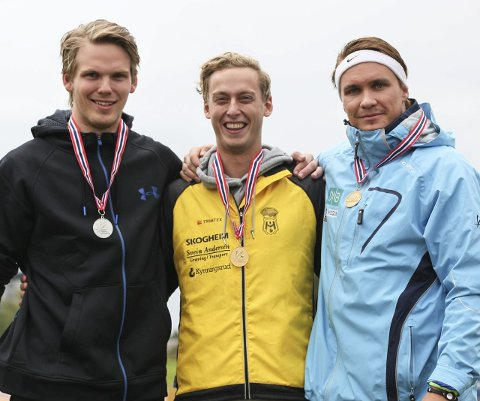 GULL: Jarl Bernhard Bjørklund (i midten) var syk, men karret seg til start i Ungdomsmesterskapet i friidrett. Det angrer han ikke på. Han vant gull i spyd junior!