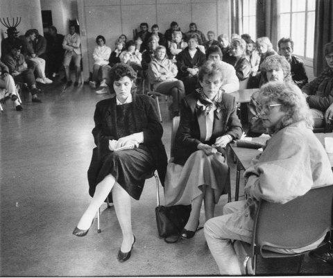 Alvorstynget: Ansatte ved Haraldssøn samlet til informasjonsmøte i oktober 1988 der de ble informert om konkursen og forsøkene på å få til fortsatt drift med nye eiere.
