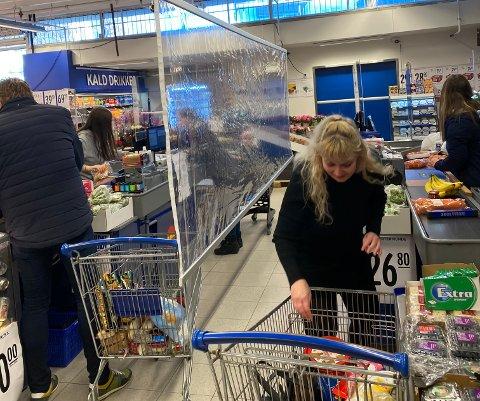 NYTT TILTAK: Fredag fikk Rema 1000 Solvang montert plastskillevegger mellom kassene. Her er Alice Knutsen ute for å gjøre helgehandelen.