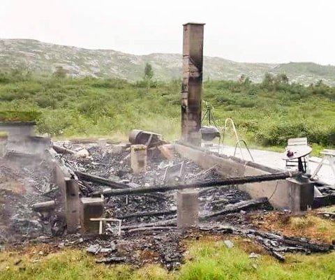 BRANT NED: Denne hytta på Breiborg i Sauda, brant ned til grunnen i 2016. Politiet fant aldri årsaken, men brannvesenet mistenker at defekte gasskjøleskap kan stå bak mange av hyttebrannene i kommunen de siste ti årene.