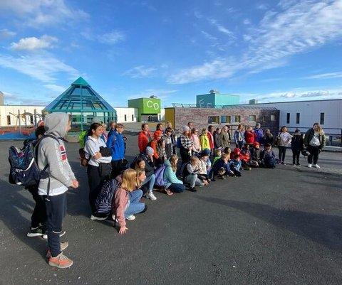 ARKIV: Elever fra Harstad skole sammen med blant andre ordfører, rektor og kommunedirektør.