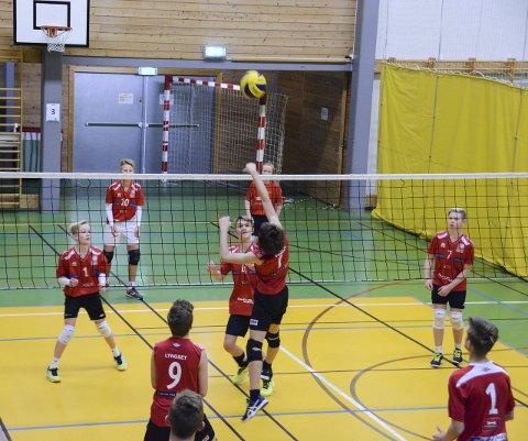 Regjerte første kampen: Strand-Ulv sine gutar 15 (med ansikta vendt mot kamera) vann både første og andre settet mot Rossvoll i første kamp ut.