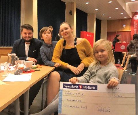 Her er Avrora saman med familien etter å ha motteke sjekken. Familien er flytta frå Rauma kommune i Møre og Romsdal. Foran og bakover: Avrora, Irina Zimina, Artur Zimin og Kirill Zimin. (Mobilfoto).