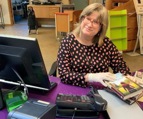 Einingsleiar ved Kvinnherad bibliotek, Trude-Hege Bergesen, er klar til å laga «take away»-posar med bøker som folk vil låna - heilt korona-trygt. (Pressefoto).