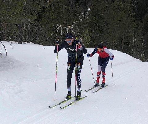 SUVEREN: Roy Arne Tollefsen i aksjon i Drammensmarka lørdag. Her med BKs Ole Petter Dirdal Moxnes bak. Tollafsen gikk de 90 kilometerne på 4.26 timer. FOTO: PRIVAT