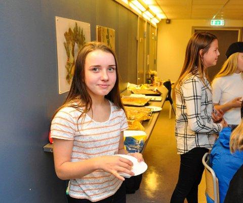 Maja Vian forteller at klassen også har bakt kaker som selges. Foto: Lise Fagerbakk