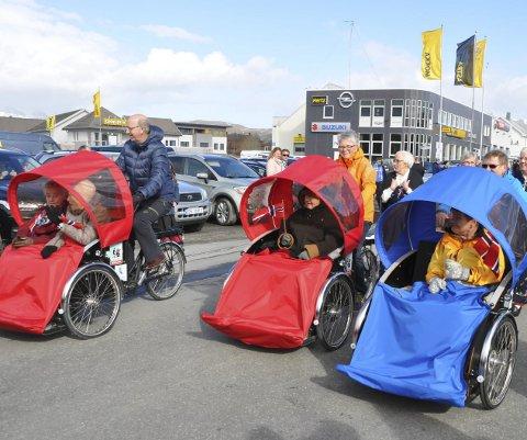 RICKSHAW: 17. mai var Gunnar Skoglund, Aud Karin Larsen og Evelyn Knudsen sykkelpiloter. Nå ønsker de seg flere frivillige sykkelpiloter. Foto: Kai Nikolaisen