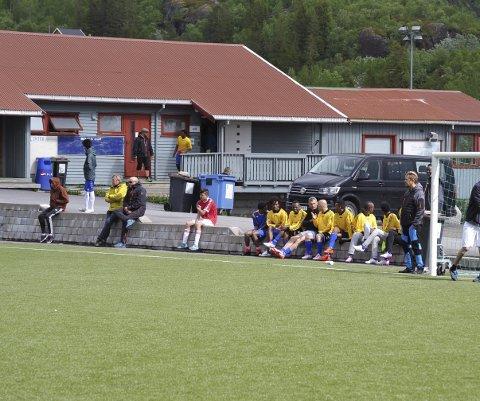 NNM: Mens noen spiller så venter andre lag av asylanter på Svenningsletta, og noen er bare kommet for å være publikum som heier.
