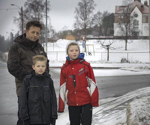 FARLIG SKOLEVEI: Amir Gunic er bekymret for sønnene sine, Alan (11) og Edvin (10), og resten av barna som har Østensjøveien som skolevei. Foto: Aleksander Hauge