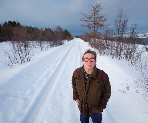 GLAD: Nå kan Jacob Kristiansen flytte hjem. Tirsdag ble veien til gården hans brøytet. Pengene kommer fra de politiske partiene som tapte brøytesaken i kommunestyret. - Jeg er veldig glad og lettet, sier 68-åringen til Nordlys.
