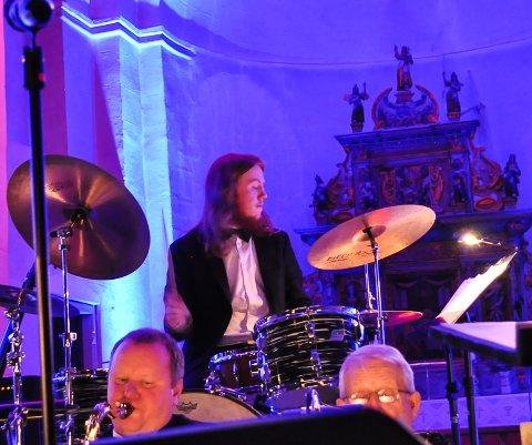 KOMMER TIL KAFFKA: Emil Karlsen, her i Hoff kirke, trommer i vei på Kaffka under jazzfesten i helga.