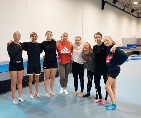 Fra venstre: Emma Jensen Stenersen, Kristoffer Bakke Pedersen, Ida Ødeli Hansen, trener Linn Dalheim, Linde Sivesindtajet, Sanne Rian, Sandra Unneberg og Hedda Stensrud.
