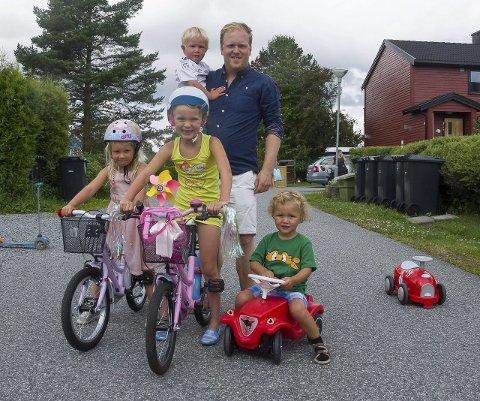 TRAVELT: Med mange barnefamilier i gata blir det ofte full fart fra morgen til kveld. Martrin Grevstad sammen med Henrik Grevstad (2), Live Grevstad (4), Elinor Holmquist (6) og Jonah Homquist (3).
